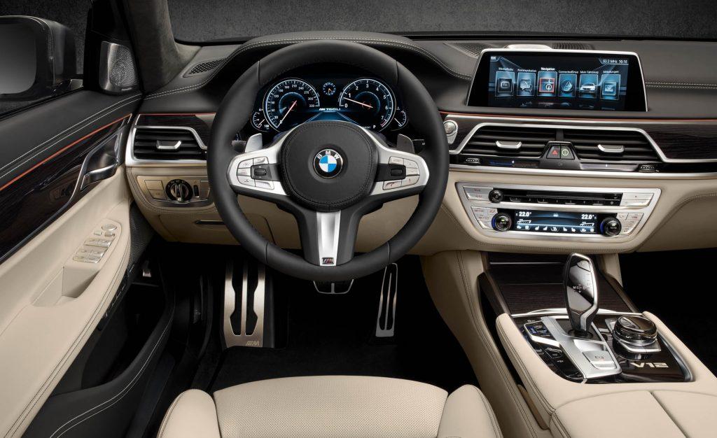 BMW M 760 Li водительское место